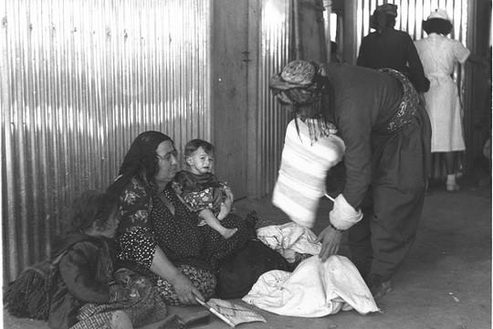 משפחות בעיראק אורזות לקראת העלייה (אוסף התצלומים הלאומי)