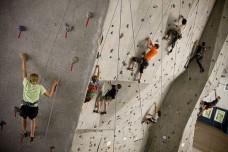 ילדים מטפסים על קיר. אילוסטרציה. (צילום: The White Mountain School, ויקימדיה)