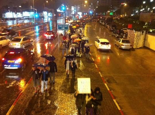 פותחים מטריות ומנסים לחסום כבישים. מפגינים צעדו בתל אביב בהפגנה נגד מתווה הגז. 7 בנובמבר 2015. (חגי מטר)
