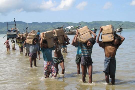 עקורים רוהינגים בדרכם למחנה זמני בתוך בורמה (Mathias Eick, EU/ECHO)