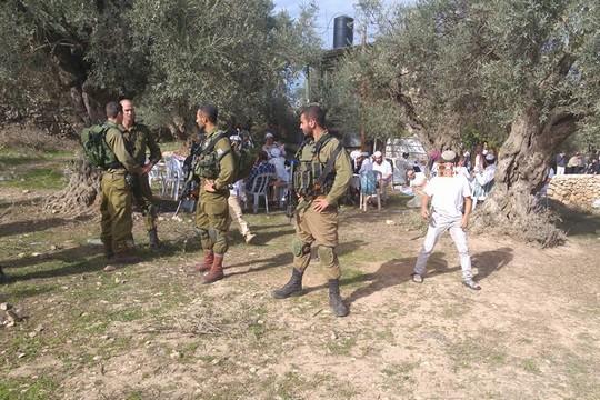 חיילים שומרים על המתנחלים שהשתלטו על האוזר ליד בית צעירים נגד התנחלויות (גיא הירשפלד)