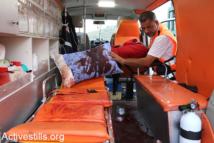 אמבולנס פלסטיני מוכתם דם במהלך עימותים בו נפצעו מעל 19 צעירים, ליד מחסום DCO, הגדה המערבית, 12 אוקטובר, 2015. (אקטיבסטילס)