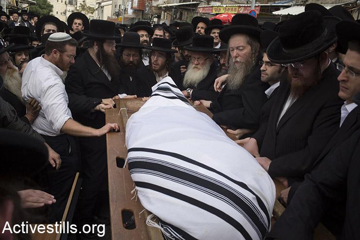 חרדים מתאבלים במהלך הלוויתו של ישעיהו קרישנבסקי, אשר הותקף על ידי פלסטיני מוקדם יותר באותו יום, מערב ירושלים, 13 אוקטובר, 2015.  (אקטיבסטילס)