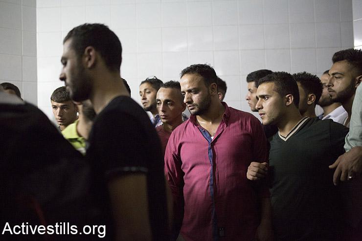 קרובי משפחה מתאבלים על מועתז איברהים זווארה, 27, בבית החולים הממשלתי בית ג׳אלה. מחנה הפליטים דהיישה, 13 אוקטובר, 2015. (אקטיבסטילס)