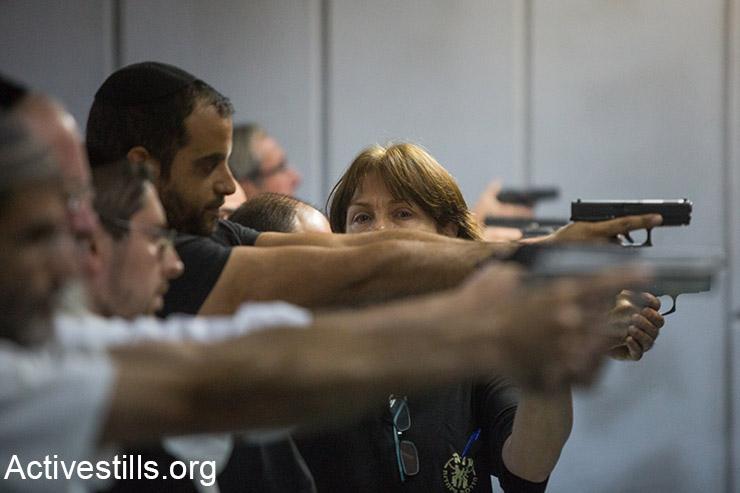ישראלים מתאמנים בירי, ירושלים, 15 אוקטובר, 2015. (אקטיבסטילס)