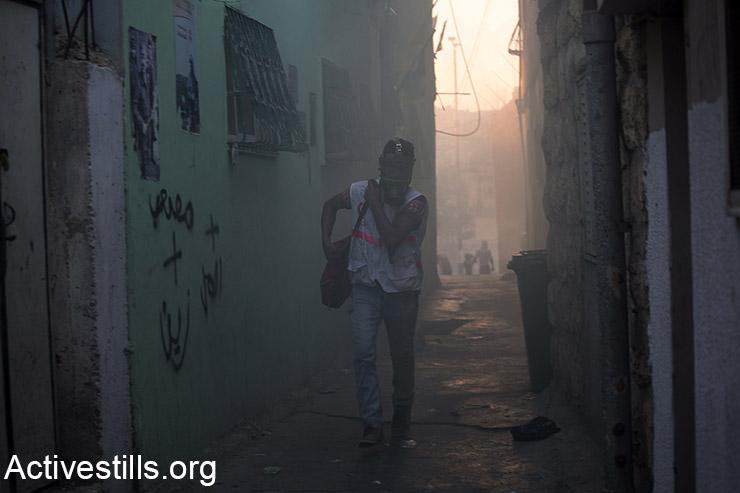 חובש פלסטיני רץ בענן של גז מדמיע במהלך עימותים בבית לחם, הגדה המערבית, 15 אוקטובר, 2015. (אקטיבסטילס)