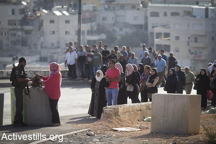 שוטרי מג״ב בודקים תעודות זהות ותיקים ביציאה משכונת אל עיסוואיה, מזרח ירושלים, 18 אוקטובר, 2015. (אקטיבסטילס)