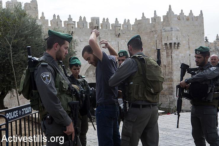 """מה זה """"מקום מועד לפעילות חבלנית עוינת""""? שוטרי מג״ב מבצעים חיפוש על פלסטיני תושב העיר העתיקה, ליד שער שכם, 23 אוקטובר, 2015. (אקטיבסטילס)"""