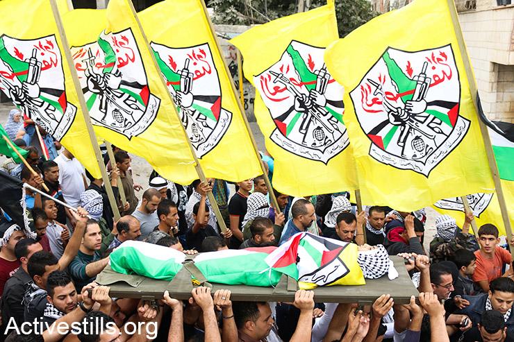 גופתו של עאבדל רחמא אעבדללה נישאת במהלך הלוויתו, מחנה הפליטים עידא, הגדה המערבית, 6 אוקטובר, 2015. (אקטיבסטילס)