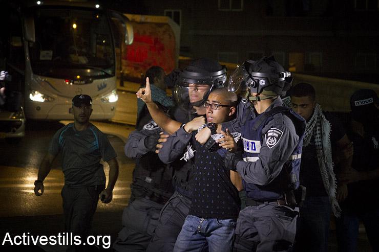 שוטרי מג״ב עוצרים פלסטיני תושב נצרת במהלך הפגנת סולידריות עם אל אקסא, נצרת, 8 אוקטובר, 2015. (אקטיבסטילס)