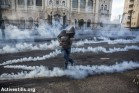צעיר פלסטיני בועט ברימוני גז מדמיע במהלך עימותים עם הצבא בבית לחם. הגדה המערבית, 20 בנובמבר 2015. מעל ל-140 פלסטינים נהרגו ויותר מ-15 אלף נפצעו על ידי כוחות הביטחון מאז תחילת חודש אוקטובר. אן פאק / אקטיבסטילס