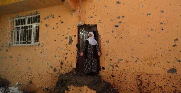אשה כורדית ברובע סור בפתח ביתה ההרוס  11.12.2015 (באדיבות צוות המדיה- HDP)