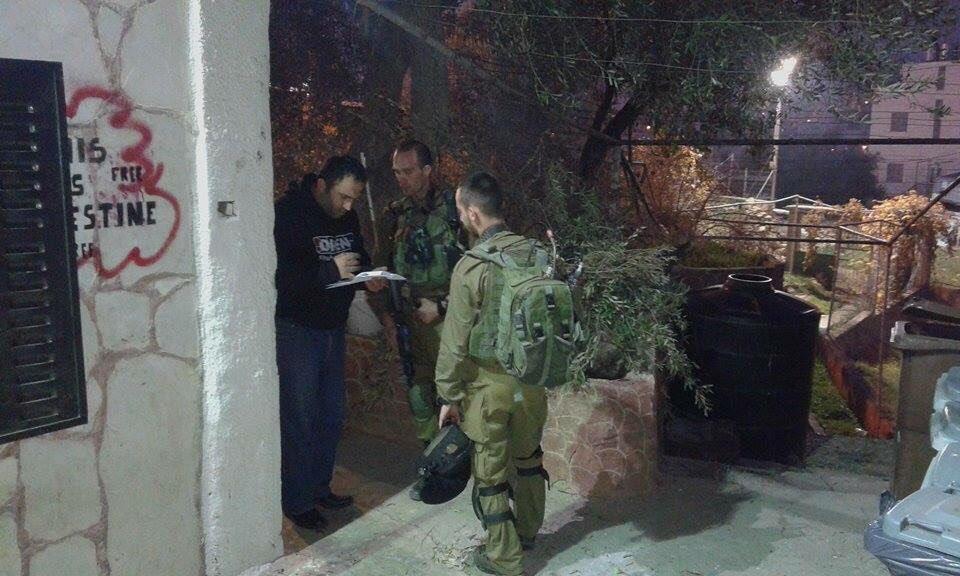 חיילים מודיעים לעיסא עמרו על שטח צבאי סגור מסביב למרכז הפעילות, חברון (צעירים נגד התנחלויות)