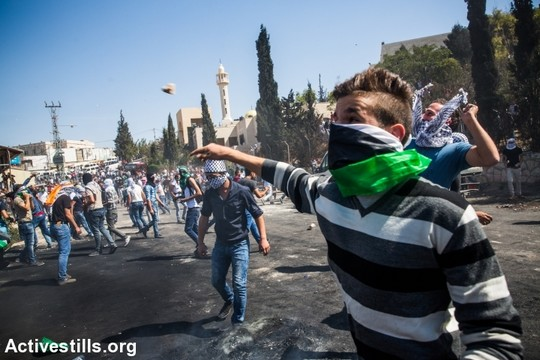 מוכיחים ששיטת המקל והגזר לא עובדת. נערים מתעמתים עם כוחות הבטחון, אבו דיס, מזרח ירושלים. 11 באוקטובר 2015. (יותם רונן / אקטיבסטילס)
