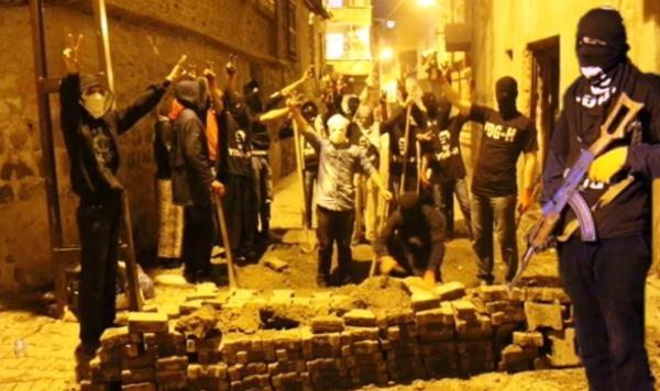 לוחמי YDG-H חמושים סביב בריקדה שהקימו בעיר דיארבקיר. (תמונה שהפיצו ברשתות ללא קרדיט)