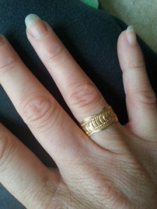 טבעת על יד ימין. כשנתחתן היא תעבור ליד שמאל (מאיה גוארניירי)