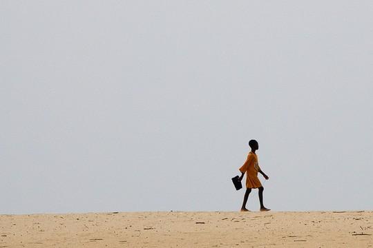 משכילות יותר, מרוויחות פחות. נערה הולכת לבית הספר בגאנה (פליקר, הבנק העולמי, CC BY-NC-ND 2.0)