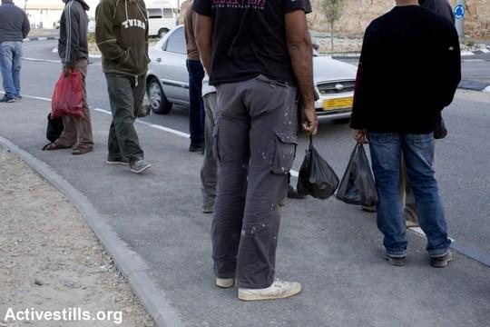 עובדים פלסטינים ממתינים להסעה במחסום ניעלין. אוקטובר 2013. (קרן מנור/אקטיבסטילס)