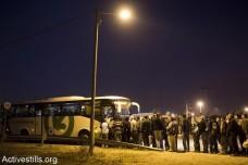 עובדים פלסטינים עומדים בתור להסעה לעבודה במחסום אייל. מרץ 2013 (אורן זיו/אקטיבסטילס)