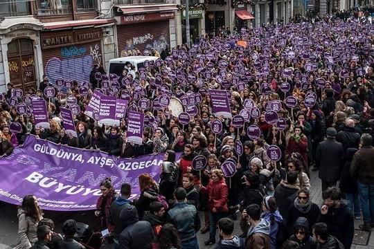 """הפגנת נשים של """"מפלגת העמים הדמוקרטית"""" לרגל יום האשה הבינלאומי, 8 במרץ 2015. (צילום באדיבות צוות המדיה של ה – HDP)"""