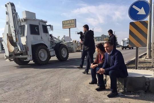 שני חברי פרלמנט מה- HDP שובתים רעב בכניסה לעיר נוסייבין שנמצאת תחת עוצר בכורדיסטן. (צילום באדיבות צוות המדיה של ה – HDP)