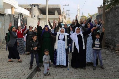תושבים באחת השכונות בסילופי שוברים את העוצר ויוצאים למחות ברחוב 16.12.2015 (תמונה שהפיצו התושבים בטוויטר)