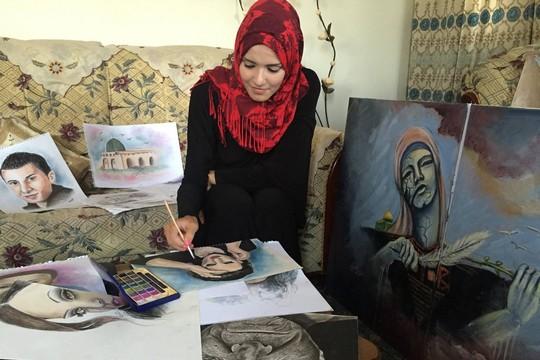 חולוד אלדסוקי מציירת בביתה בעזה