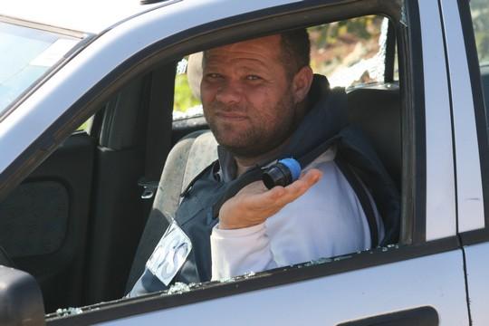 צלם העיתונות הייתאם חטיב במכוניתו שנפגעה מכדורי ספוג, בלעין (חגי מטר)