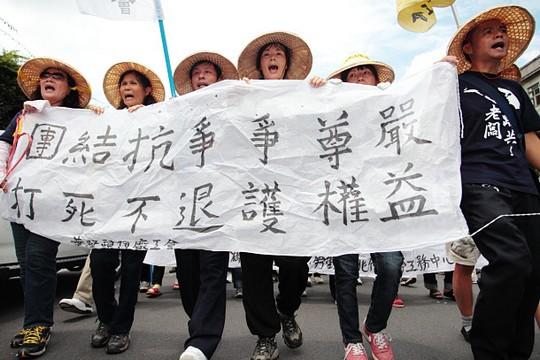 שביתת עובדי מפעלי נעליים בסין, 2012 (PNN PTS CC BY-NC-SA 2.0)