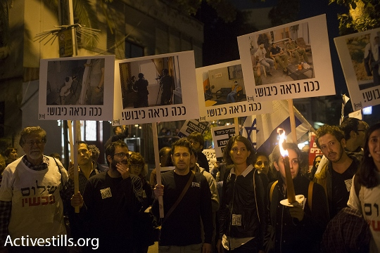 פעילי שלום עכשיו עם תמונות מהשטחים, תל אביב (אורן זיו / אקטיבסטילס)