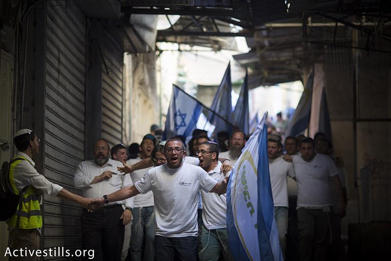 מפגיני ימין צועדים בעיר העתיקה בירושלים במהלך ״מצעד הדגלים״, אשר מציין את כיבוש מזרח ירושלים, הגדה המערבית ועזה, 17 מאי, 2015. אורן זיו / אקטיבסטילס
