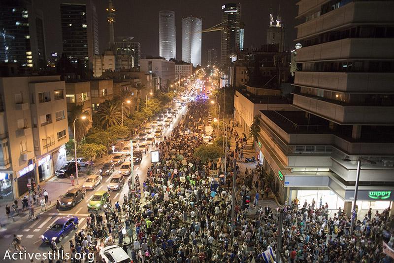 מפגינים צועדים במהלך הפגנה נגד מתווה הגז, תל אביב, ישראל, 27 יוני, 2015.