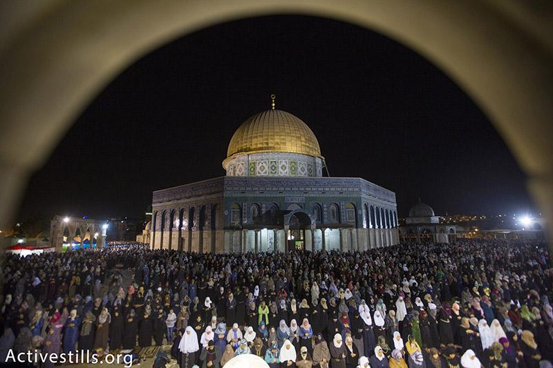 מתפללים פלסטינים במסגד אל-אקסה במהלך תפילת לילת אל-חאדר, העיר העתיקה בירושלים, יוני 13, 2015. פאיז אבו-רמלה / אקטיבסטילס