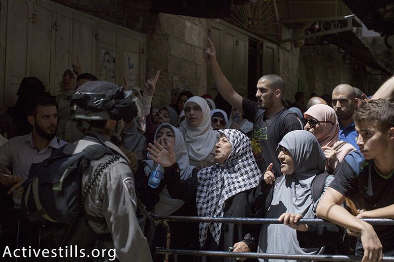 נשים פלסטינים מפגינות נגד חסימות תנועה בעיר העתיקה בירושלים, 26 יולי, 2015. פאיז אבו-רמלה / אקטיבסטילס