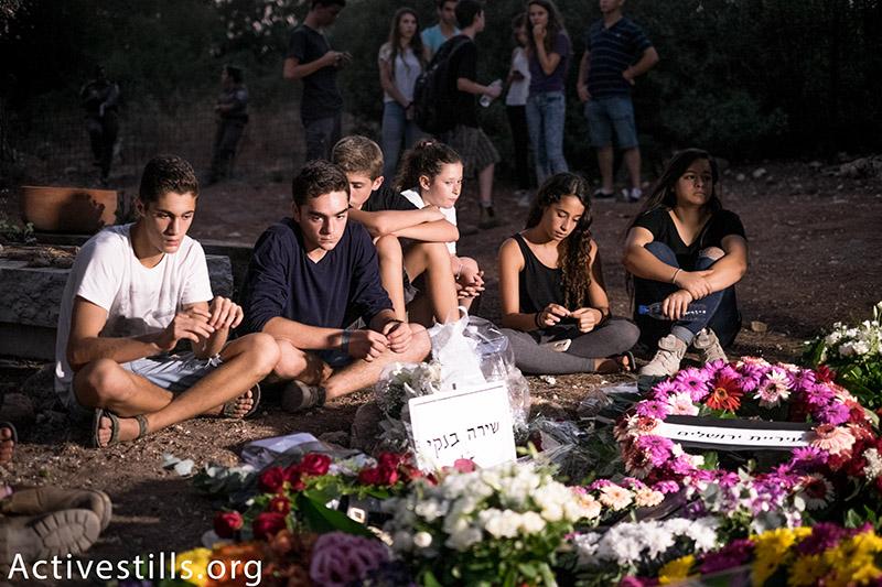 צעירים אבלים על שירה בנקי, 16, שנרצחה במהלך מצעד הגאווה בירושלים, קיבוץ נחשון, 3 אוגוסט, 2015. אורן זיו / אקטיבסטילס