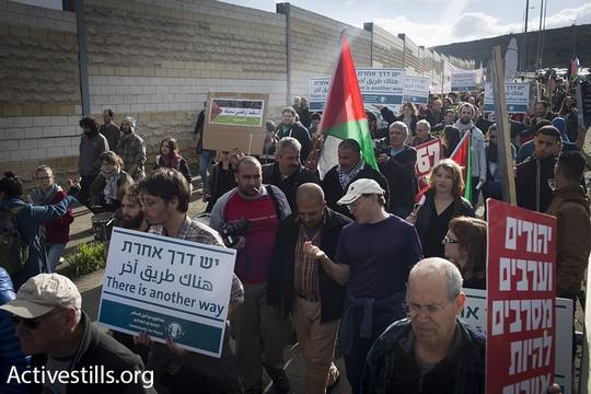 הפגנה פלסטינית-ישראלית סמוך למחסום המנהרות, 15.1.2016 (אורן זיו/אקטיבסטילס)