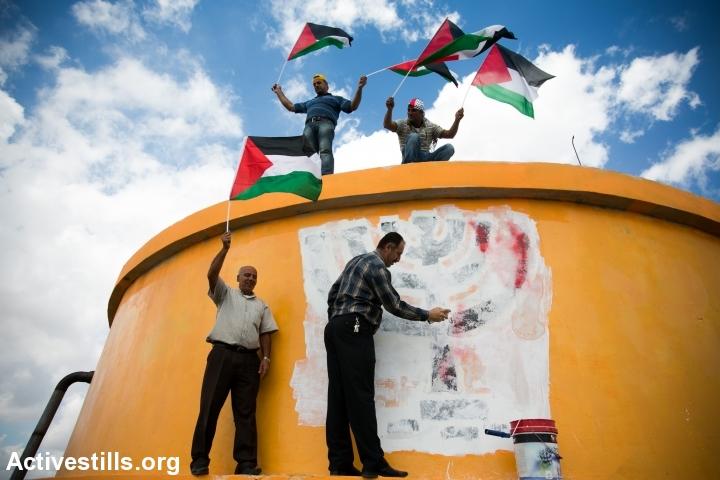 פלסטינים חוזרים לאדמות בורקא שעליהן ישבה התנחלות חומש, 2013 (יותם רונן / אקטיבסטילס)