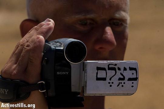 פעיל בצלם מצלם בזמן פעילות בדרום הר חברון, 2008 (אורן זיו / אקטיבסטילס)