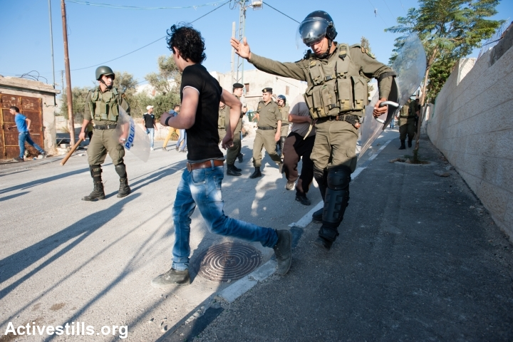 שוטרי הרשות הפלסטינית מנסים למנוע מצעירים להתעמת עם כוחות הבטחון הישראלים. מחנה הפליטים עאידה, בית לחם. 26 בפספמבר 2013 (ריאן רודריק ביילר/אקטיבטסילס)