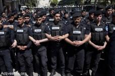 """שוטרים פלסטינים חוסמים מפגינים בזמן הגעתו של נשיא ארה""""ב ברק אובמה לביקור ברמאללה. 21 במרץ 2013. (קרן מנור/אקטיבסטילס)"""