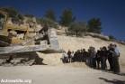 אי ציות: תושבי הכפר וואלג'ה בפעולה ישירה של מניעת עבודות על הקמת החומה, 2010 (אורן זיו / אקטיבסטילס)