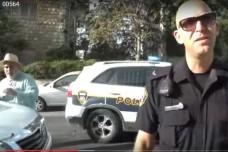 שוטר מחפש ברכבו של נאווי. צילום מסך מתוך הסרטון המתעד את האירוע