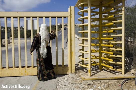אשה פלסטינית במהלך הפגנה נגד משטר ההיתרים הישראלי. הכפר בידו, הגדה המערבית. אוגוסט 2009 (אקטיבסטילס)