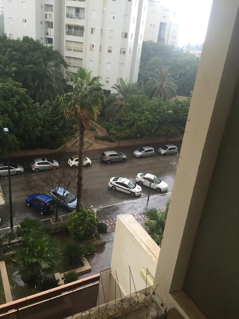 ניידות המשטרה מתחת לדירתו של מחמד עבד אל-קאדר