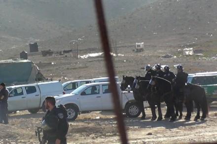 כוחות מגיעים לכפר רח'מה לקראת הריסת מסגד. צילום: סלימה עזאזמה (פרויקט מגינות זכויות אדם של פורום דו-קיום בנגב).