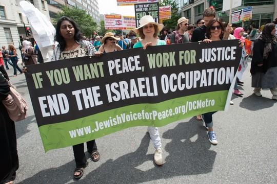 תומכים של ארגון JVP מפגינים במהלך המתקפה הישראלית האחרונה על עזה, 2 באוגוסט 2014. בעקבות המלחמה נרשמה עליה משמעותית במספר המצטרפים לארגון