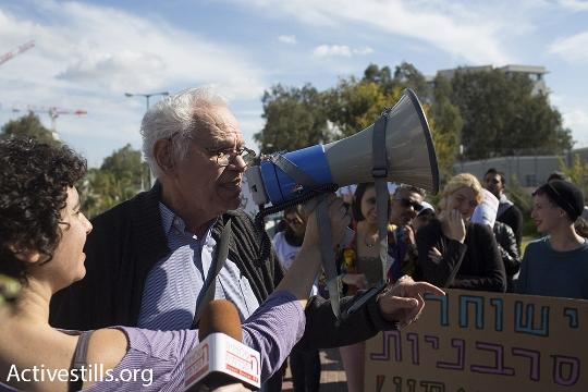 ראובן קמינר, סבה של תאיר, בנאום תמיכה בסרבנים בהפגנה (אורן זיו / אקטיבסטילס)