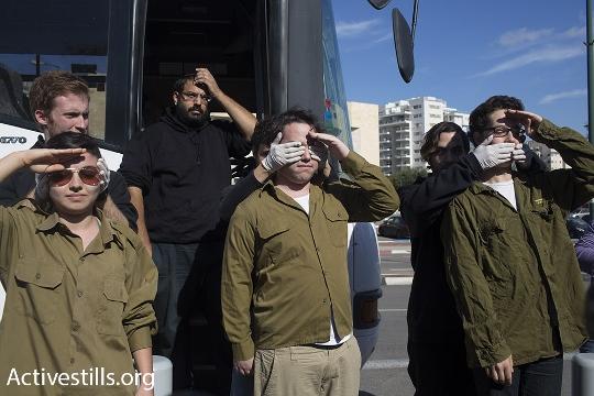 מיצג חיילים בהפגנת התמיכה בסרבני המצפון (אורן זיו / אקטיבסטילס)