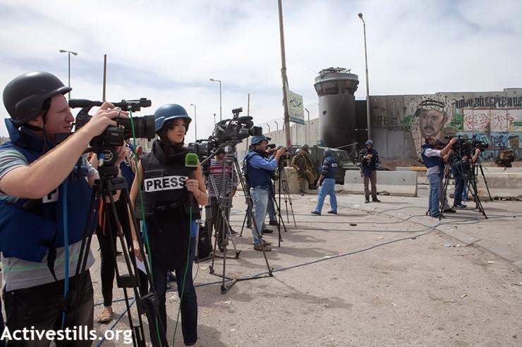 עיתונאים במחסום קלנדיה בהפגנות יום האדמה, 2013 (אן פאק / אקטיבסטילס)