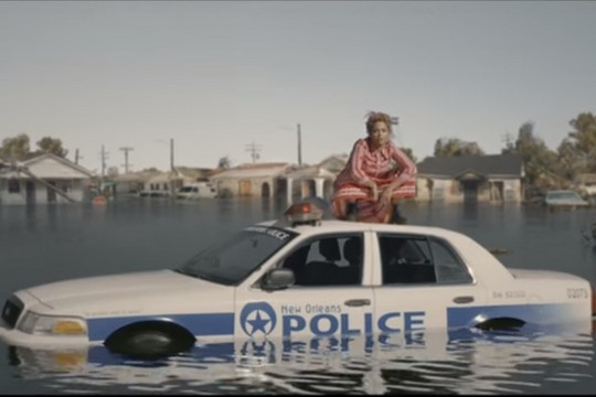 על גג של מכונית משטרה. ביונסה בקליפ החדש שלה Formation (צילום מסך מיוטיוב)